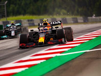 El coche de Checo Pérez y detrás de él Valtteri Bottas de Mercedes, este domingo durante el Gran Premio de Estiria.
