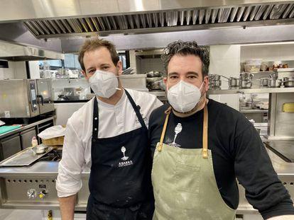 Sergio Manzano y Toni en las cocinas de A´Barra. J.C.CAPEL