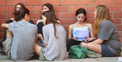 Unos estudiantes repasan durante uno de los descansos de los exámenes de selectividad.