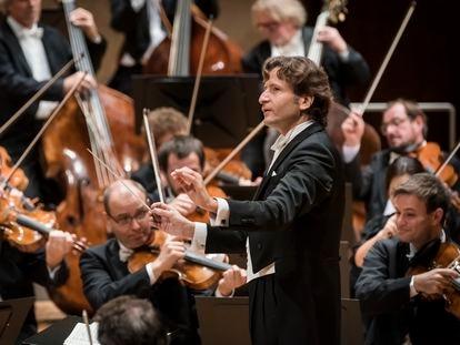 El director Gustavo Gimeno, con la Filarmónica de Berlín.