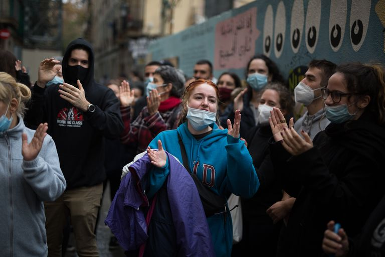 Un grupo de vecinos celebra la paralización de un desahucio en la calle Aurora del Raval de Barcelona, el 27 de noviembre.