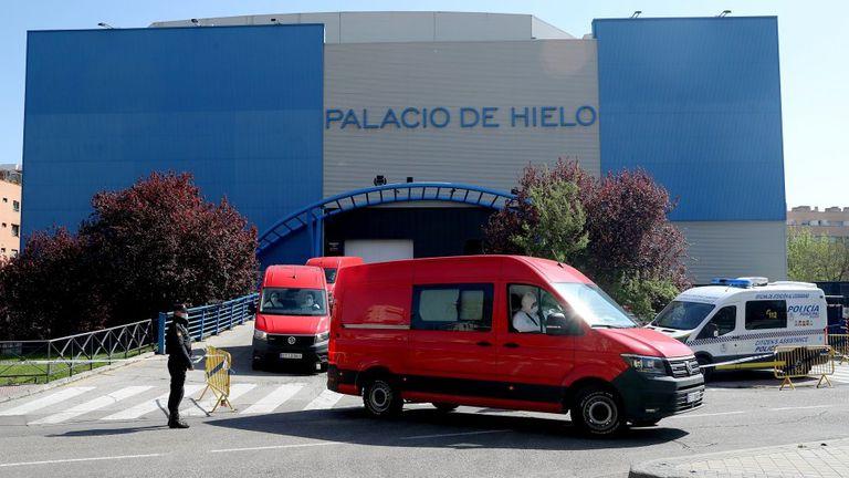 Efectivos de la UME trasladan a los fallecidos por coronavirus al Palacio de Hielo de Madrid, en mayo.