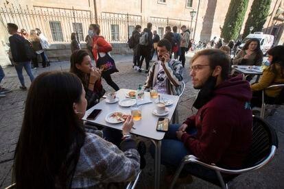 Ambiente después de clase, en los aledaños de la Universidad de Salamanca.
