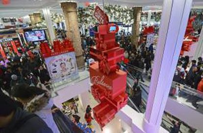 Una multitud de clientes visitan los grandes almacenes Macy's la noche de Acción de Gracias en Nueva York (Estados Unidos) el 28 de noviembre de 2013.