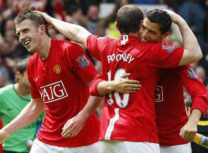 Ronaldo y Rooney celebran el título de liga tras empatar con el Arsenal en la penúltima jornada