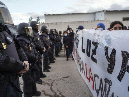 Agentes antidisturbios controlan una protesta de los vecinos para reclamar luz en la Cañada Real de Madrid