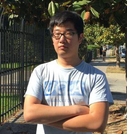 Jeong Park, frente a su casa en Koreatown, Los Ángeles.