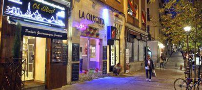 Varios negocios en el barrio de Chueca en Madrid.