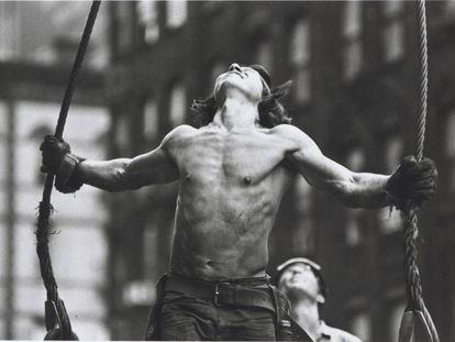 En la imagen Roger Horne, un herrero de Mohawk mirando al infinito en una construcción entre Park Avenue y 53rd Street. 1970-1971. |