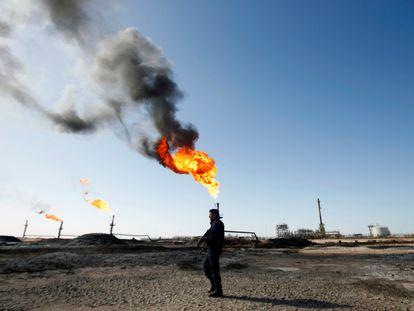 Un policía, en un campo de petróleo operado por ExxonMobil, en Basra (Irak) en 2020.