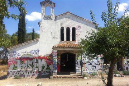 Aspecto que presenta hoy la ermita de La Aldehuela, lugar en el que este fin de semana se celebró la fiesta rave.