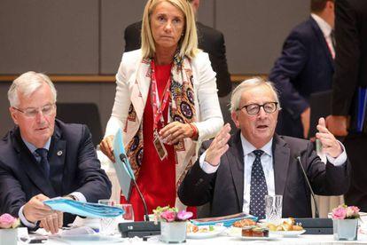 El negociador comunitario Michel Barnier, junto al presidente de la Comisión Europea, Jean-Claude Juncke, durante la cumbre, este viernes.