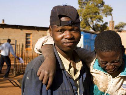 Dos adolescentes del asentamiento informal de Bapsfontein, a 80 kilómetros de Johanesburgo, Sudáfrica.