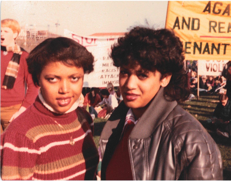 Kamala Harris y Gwen Whitfield protestando contra el apartheid en noviembre de 1982.