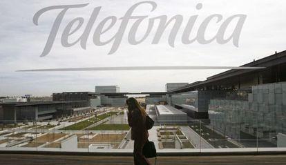 Una persona camina en uno de los edificios de la sede de Telefónica.