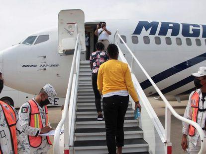 Migrantes abordan un vuelo a Haití en el aeropuerto internacional de Villahermosa, en México.