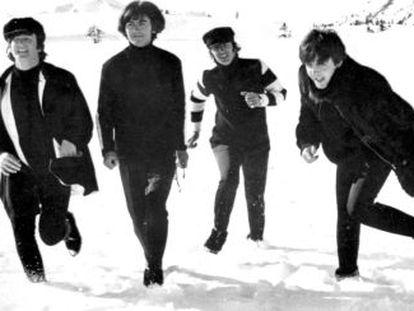Los Beatles jugando en la nieve, en Austria, durante el rodaje de su pelicula 'Help!'