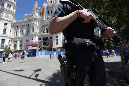 Un agente antidisturbios, en la plaza de Cibeles en julio de 2017.