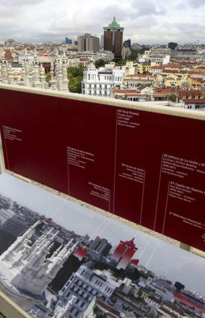 Vista con panel identificativo desde el Mirador Madrid, en el Palacio de Telecomunicaciones.