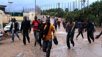 Algunos inmigrantes subsaharianos que lograron entrar en Melilla.