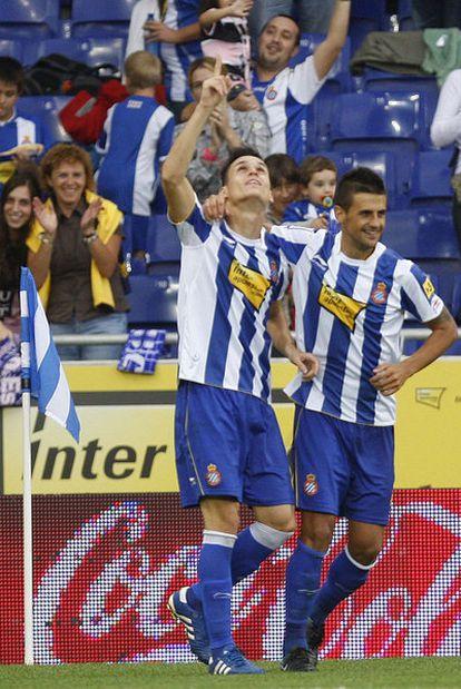 Callejón señala al cielo tras su gol al Almería.