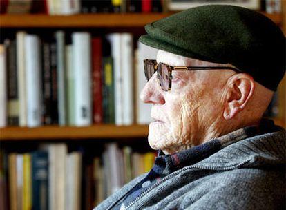 Ramiro Pinilla, autor de <i>Sólo un muerto más,</i> fotografiado hace unos días en su casa de Getxo.