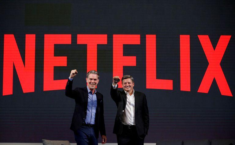 Reed Hastings (izq.), cofundador de Netflix, y Ted Sarandos, director de contenidos de la plataforma, durante una conferencia de prensa en Seúl, en 2016.