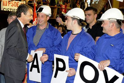 Zapatero saluda a un grupo de mineros a su llegada al mitin de León.