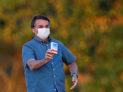 Jair Bolsonaro, presidente de Brasil, muestra una caja de cloroquina, un medicamento cuya eficacia contra la covid-19 no ha sido comprobada, en una imagen de julio de 2020.