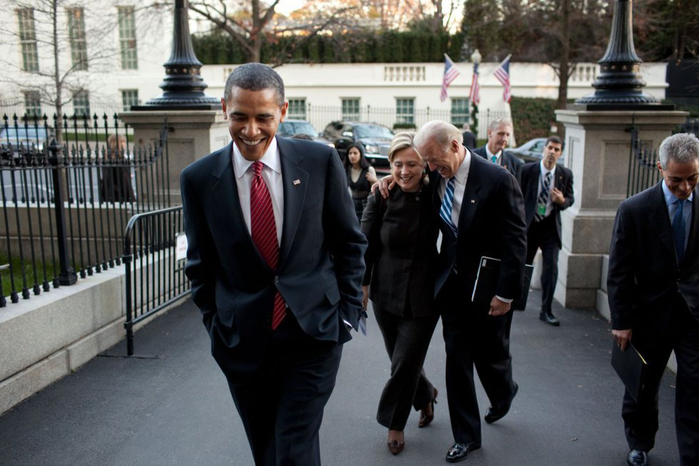 El presidente de EE UU en 2009, Barack Obama, seguido de la secretaria de Estado, Hillary Clinton, y el vicepresidente, Joe Biden, acceden a la Casa Blanca, en 2009.