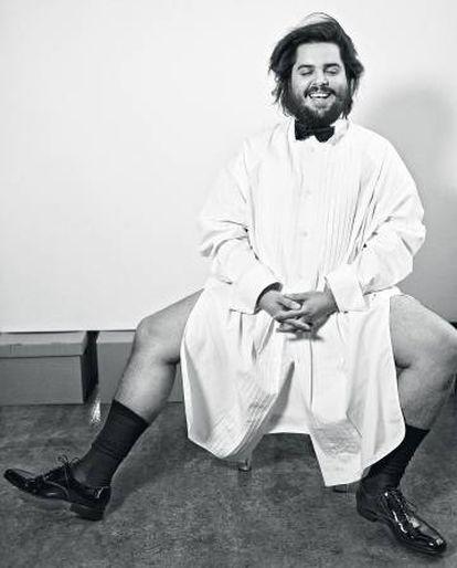 Brays Efe lleva camisa Juun.J, zapatos y pajarita De Fursac y calcetines Falke.