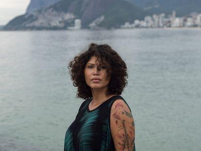 La guía turística Tatiane Araújo da Silva, de 36 años, en Piedra Arpoador, en la playa de Ipanema, uno de los puntos más turísticos de Río de Janeiro (Brasil).