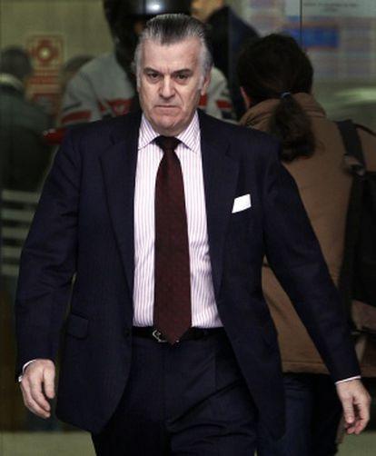 Luis Bárcenas, con camisa de rayas, a su salida de la Audiencia Nacional el pasado marzo.