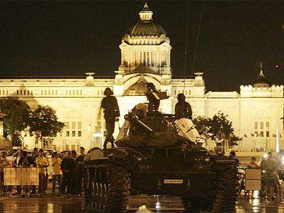 Un carro de combate mantiene su posición delante de la sede del Gobierno tras el golpe militar contra el Gobierno tailandés.