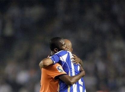 El delantero camerunés se abraza a Manuel Pablo en el último partido de Liga del año