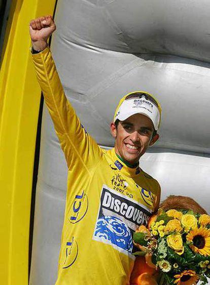 Contador, en el podio, saluda después de la etapa de ayer.
