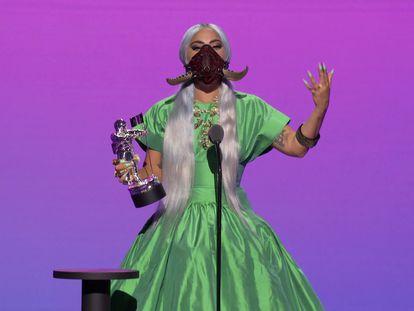 Lady Gaga recoge el premio de Artista del Año en los premios MTV VMA celebrados el 30 de agosto de 2020.