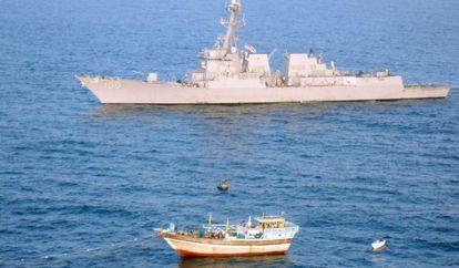 El 'USS Kidd' se dispone a rescatar al barco iraní.