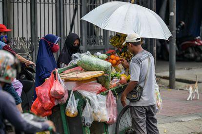 Un vendedor ambulante de frutas, la semana pasada en Yakarta (Indonesia).