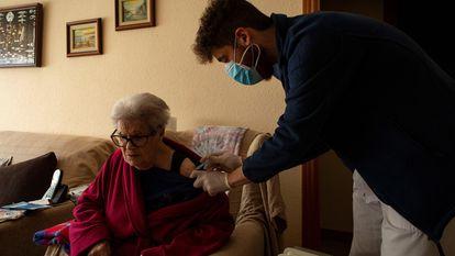 Enfermeros del CAP La Marina de Barcelona administran a domicilio la primera dosis de la vacuna a ciudadanos mayores de 80 años.
