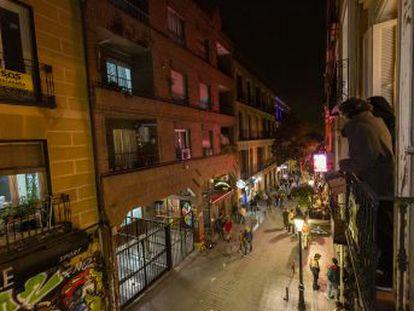 Los residentes en las calles del ocio soportan más de 70 decibelios hasta altas horas de la madrugada. Han puesto sonómetros en sus balcones como parte de una campaña para hacer más habitable la ciudad