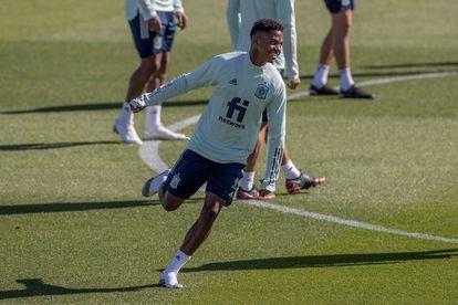 Ansu Fati, este martes, durante el  entrenamiento en la Ciudad del Fútbol en Las Rozas preparatorio del partido amistoso contra Portugal. / Rodrigo Jiménez (EFE)