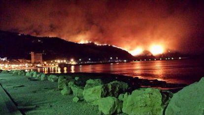 Imagen cedida por Berta Lucas de las llamas, en las inmediaciones del puerto de Xàbia, el jueves por la noche.