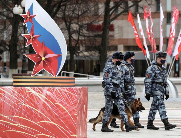 Miembros de la guarde nacional caminan frente a un emblema conmemorativo por el 75 aniversario de la victoria de la URSS sobre los nazis, este jueves en Kaliningrado.