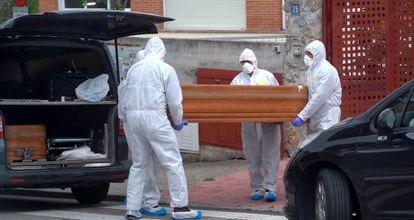 """Varios operarios realizan un traslado de cadáveres de la residencia geriátrica """"Los Peñascales"""", en Torrelodones (Madrid) el 14 de abril."""
