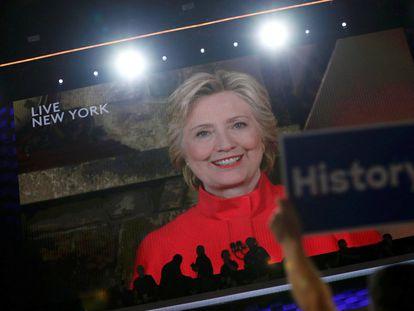 La imagen en una pantalla de Hillary Clinton, en el segundo día de la Convención Nacional Demócrata.