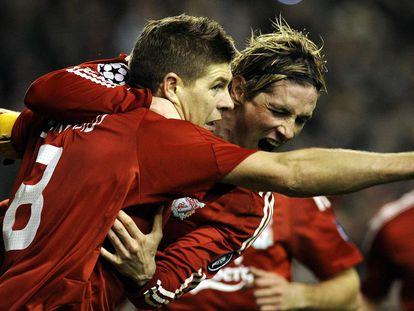 Gerrard y Torres celebran uno de los goles del 4-0 del Liverpool al Madrid en 2009.