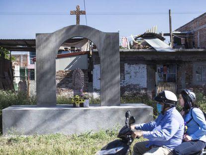 Un cenotafio en el lugar donde asesinaron a seis policías en Salamanca, Guanajuato.