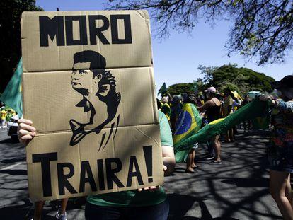 """Un seguidor de Bolsonaro con un cartel que dice """"Moro, traidor"""" llega este domingo a la protesta de Brasilia."""