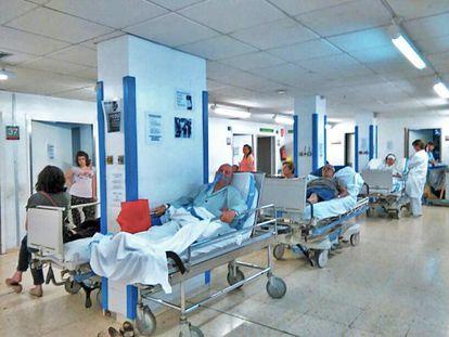Las Urgencias de Bellvitge, el martes, donde se acumularon una treintena de pacientes para ingresar en planta.